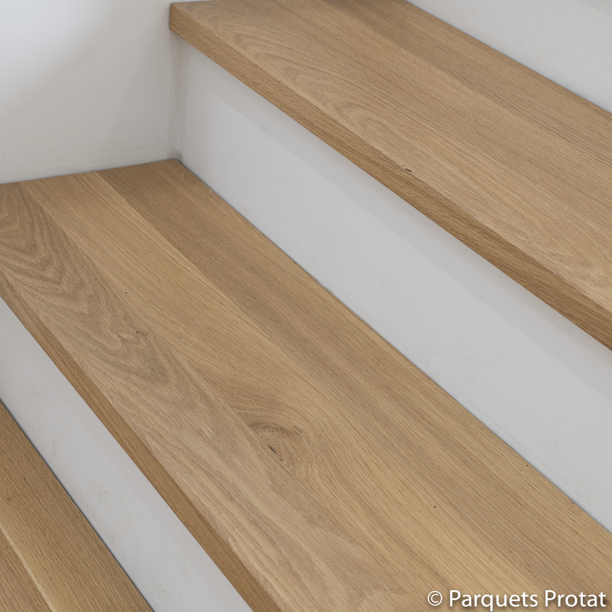Panneaux en chêne massif, habillage d'un escalier
