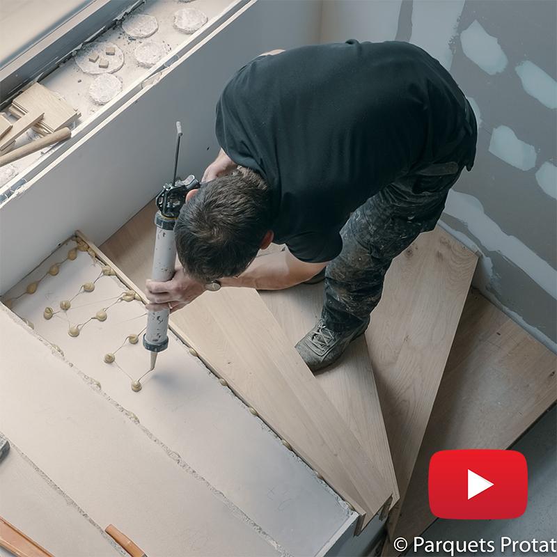 Pose de panneaux en chêne massif, habillage d'un escalier en béton
